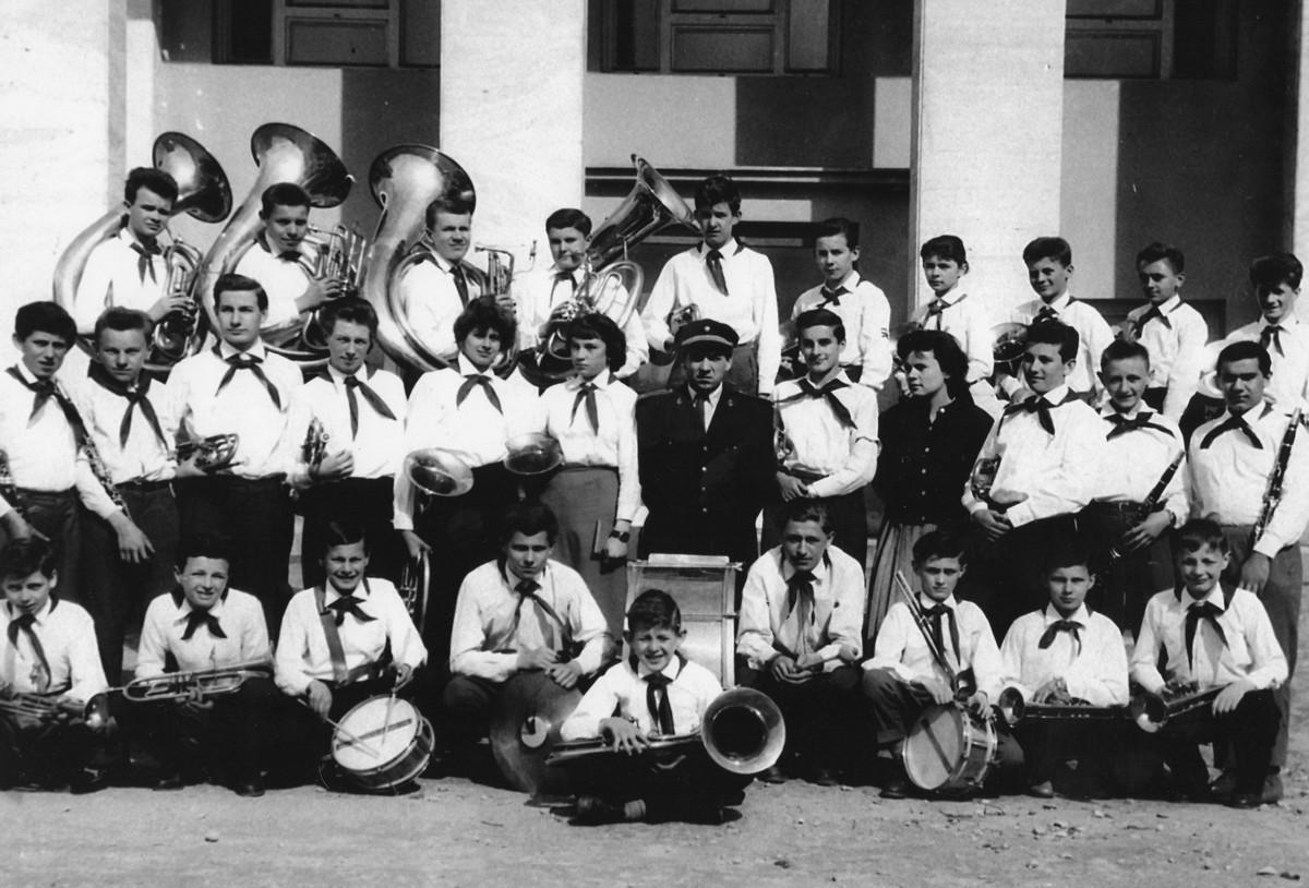 Prví členovia dychového súboru Červená šatka apríl 1960